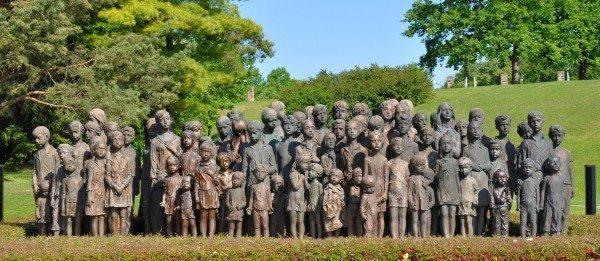 Să ne amintim de trecut pentru a ne proteja viitorul | 70 de ani de la Holocaust – video