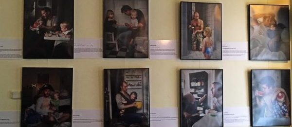 Swedish Dads în Timișoara – expoziție de fotografie despre tații conștienți de egalitatea dintre sexe